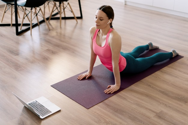 ragazza-fa-yoga-con-computer-REVOO