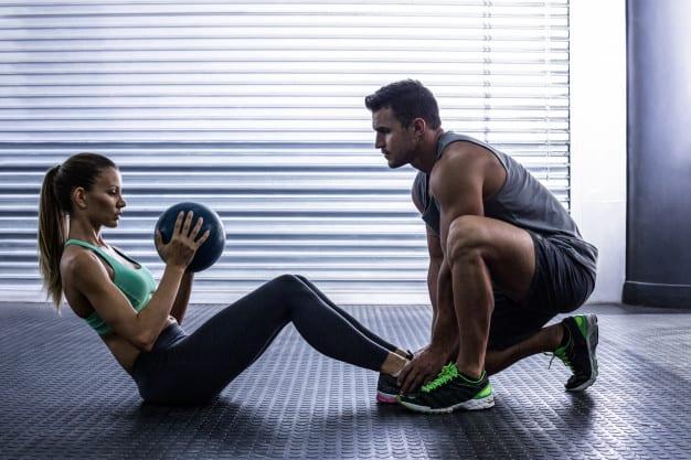 coppia-muscolare-facendo-esercizio-addominale-palla
