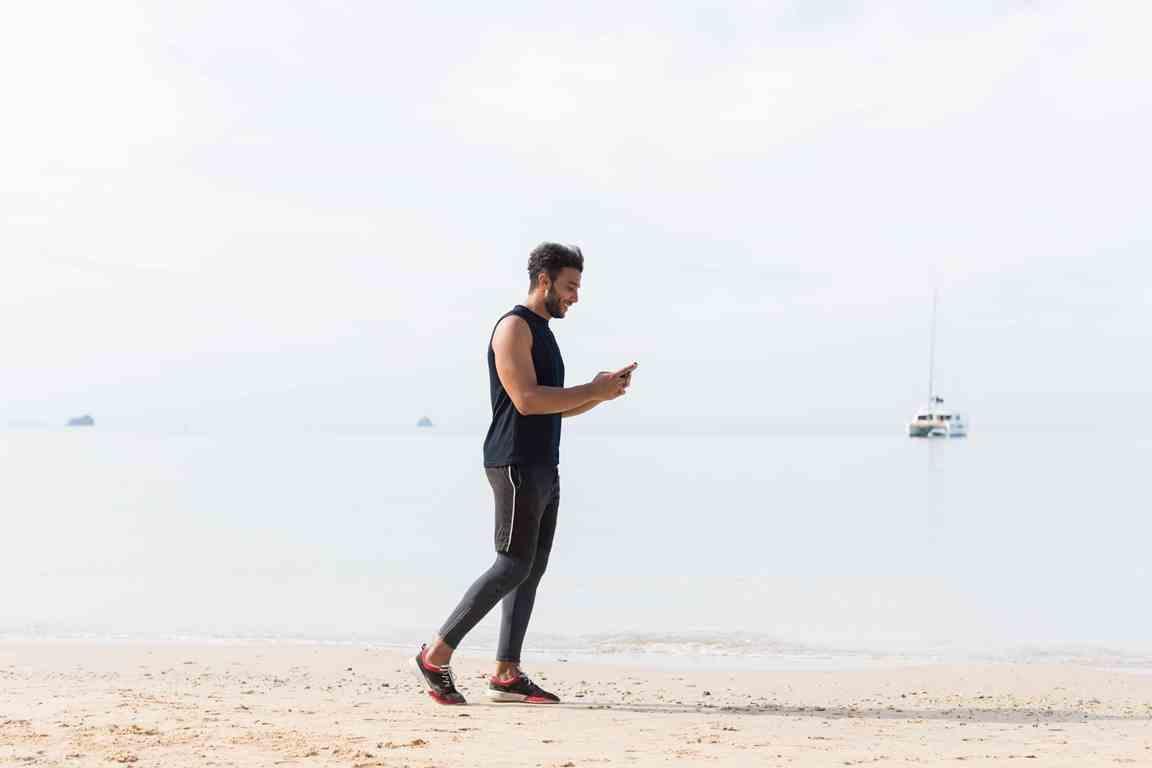 full-length-shot-of-male-runner-using-cell-smart-p-UADNRXL (1)