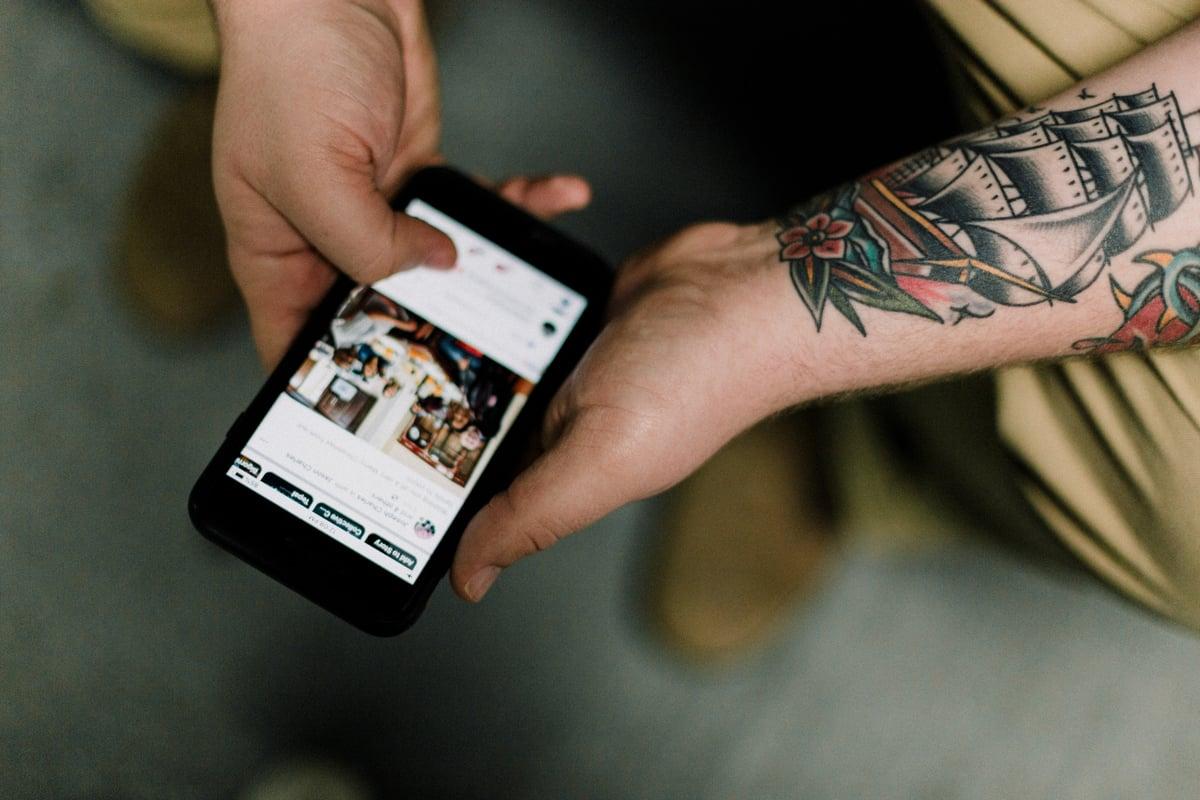 persona con cellulare_app