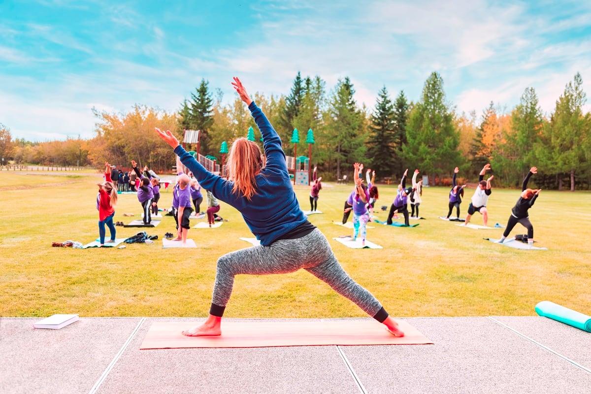 personal trainer svolge una lezione di yoga REVOO