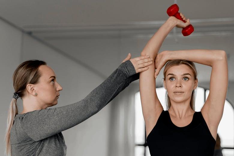 personal trainer donna atleta manubri